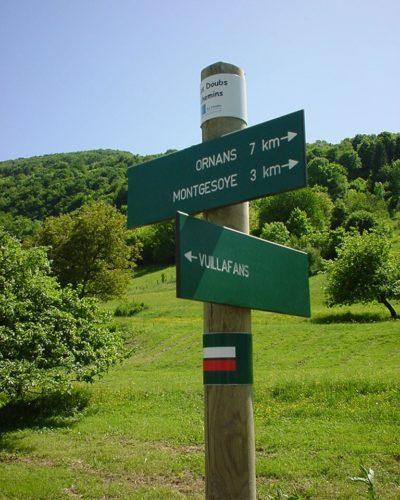 poteaux et lames directionnelles en Trespa